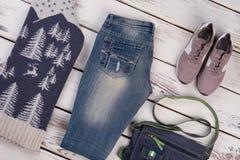 Strickwarenpullover und einfache Jeans Stockbild