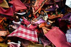 Strid för välsignelser - Annakut festival fotografering för bildbyråer