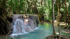Strida il paesaggio con la cascata di Erawan Kanchanaburi, Tailandia video d archivio
