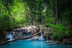 Strida il paesaggio con la cascata di Erawan Kanchanaburi, Tailandia Fotografie Stock