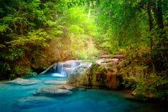 Strida il paesaggio con la cascata di Erawan Kanchanaburi, Tailandia Immagini Stock Libere da Diritti
