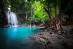 Strida il paesaggio con la cascata di Erawan Kanchanaburi, Tailandia Immagine Stock