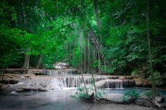 Strida il paesaggio con la cascata di Erawan Kanchanaburi, Tailandia Immagini Stock