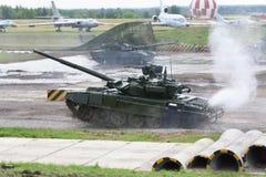 Stridbehållare T-90 på demonstrationer av tekniken Arkivbild