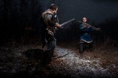 Striden mellan medeltida riddare i stilen av leken av Thro Royaltyfri Bild