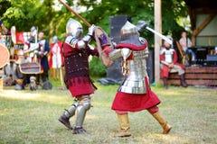 Stridighet för två riddare under medeltidfestival i Vilnius arkivfoton
