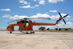 stridighetbrandhelikopter Arkivbild