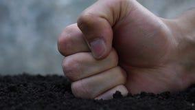 Strijd tegen het tuinieren Vernietiging van het ecosysteem stock video