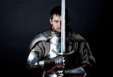 Strijder die zijn groot zwaard houdt Stock Afbeeldingen