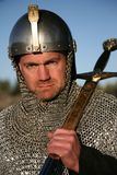 Strijder in kettingspost, zwaard dat op schouder rust Royalty-vrije Stock Afbeeldingen