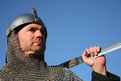 Strijder in kettingspost, zwaard dat op schouder wordt vastgebonden Royalty-vrije Stock Fotografie