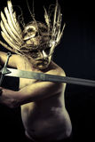 Strijder met helm en zwaard met zijn lichaam geschilderd stofgoud Stock Afbeelding