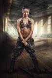 Strijdersmeisje met een kanon Stock Afbeeldingen