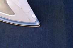 Strijkende jeansdoek Stock Afbeeldingen