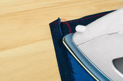 Strijkende jeansdoek Royalty-vrije Stock Foto