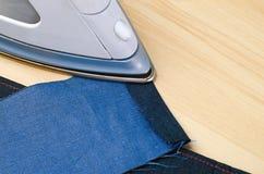 Strijkende jeansdoek Royalty-vrije Stock Foto's