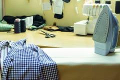 Strijkplank in de naaiende studio Het heeft ijzer en dingen voor I Royalty-vrije Stock Fotografie