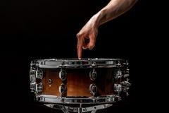 strik op een zwarte achtergrond, muzikaal instrument stock foto