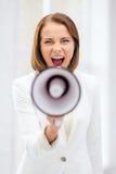 Strikt affärskvinna som ropar i megafon Arkivfoto