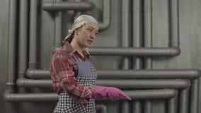 Strikt hemmafru som visar varnande gest stock video