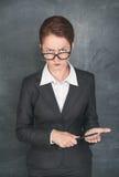 Strikt lärare med pekaren arkivfoton