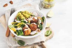 Strikt vegetarian bakade sötpotatisköttbullar, guacamole och grönsaksal Fotografering för Bildbyråer