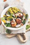Strikt vegetarian bakade sötpotatisköttbullar, guacamole och grönsaksal Royaltyfri Fotografi