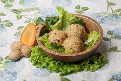 Strikt vegetarianbollar av grönsaker med gräsplaner Royaltyfri Foto