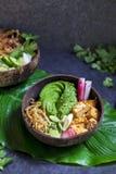 Strikt vegetarianbunke med avokadot och den silkeslena tofuen Arkivfoton