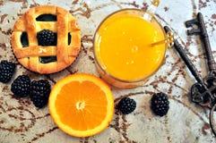 Strikt vegetarianfrukost med björnbär och orange fruktsaft Fotografering för Bildbyråer
