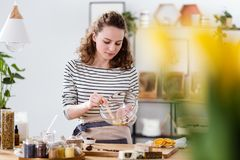 Strikt vegetariankvinna som blandar naturliga ingredienser arkivfoton