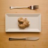 Strikt vegetarianlåg-carben bantar den rå ingefäran rotar på den rektangulära plattan Royaltyfria Bilder