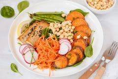 Strikt vegetarianlunch, sallad med grönsaker, tofu, bakade sötpotatisen, sp Royaltyfria Foton