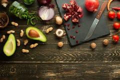 Strikt vegetarianmat, detox, avokado, frukt, haricot vert, broccoli, muttrar och champinjoner Banta och sund mat, vitaminer och s arkivbilder