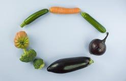 Strikt vegetarianmat och disk Grönsak på blå bakgrund med kopieringssp Arkivbild