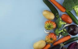 Strikt vegetarianmat och disk Grönsak på blå bakgrund med kopieringssp Arkivfoto