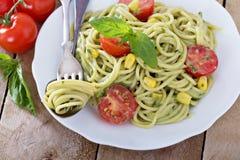 Strikt vegetarianpasta med avokadosås Arkivbilder