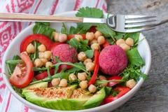 Strikt vegetariansallad med falafelen arkivbilder