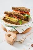 Strikt vegetariansmörgås med sallad och ost arkivbild