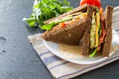 Strikt vegetariansmörgås med sallad och ost royaltyfria foton