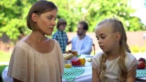 Strikte moeder berispende dochter, die kind disciplineren, gezinsverhoudingen, ouderschap stock foto