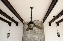 Strimlad takfan, två blad av en bruten fan, trästänger på taket arkivfoto