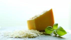 Strimlat parmesanost och basilikablad, organiskt produktrecept arkivfilmer