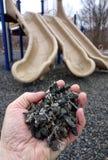 Strimlat återanvänt gummihjulgolv för lekplatssäkerhet Fotografering för Bildbyråer