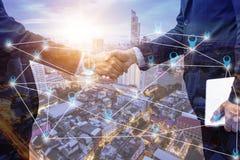 Stringa le mani ed il negoziato con il concetto della città, di successo e del collegamento fotografie stock