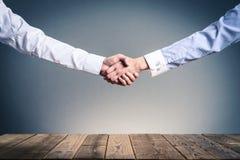 Stringa le mani su una tavola di legno fotografia stock libera da diritti