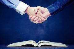 Stringa le mani sui libri aperti fotografia stock