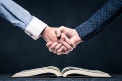 Stringa le mani sui libri aperti immagini stock libere da diritti