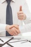 Stringere degli uomini d'affari si passa Immagine Stock Libera da Diritti
