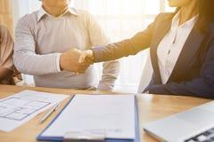 Stringere le mani con l'agente immobiliare immagine stock